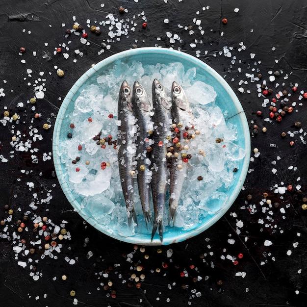 Draufsicht des fisches auf platte mit eis und gewürzen Kostenlose Fotos