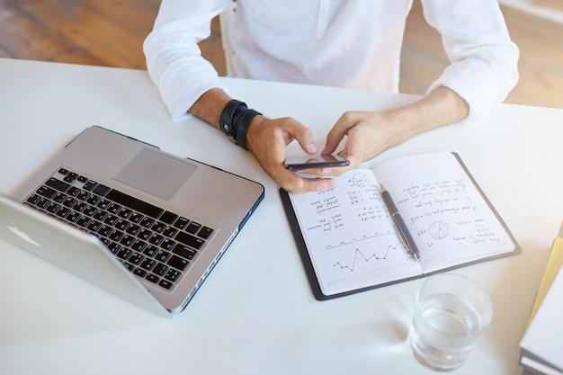Draufsicht des geschäftsmannes trägt weißes hemd im büro Kostenlose Fotos