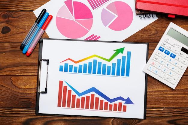 Draufsicht des geschäftspapierdiagramms oder -diagramms auf holztisch Premium Fotos