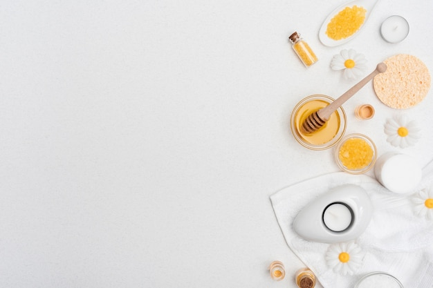 Draufsicht des honigs und des badesalzes für badekurort Premium Fotos