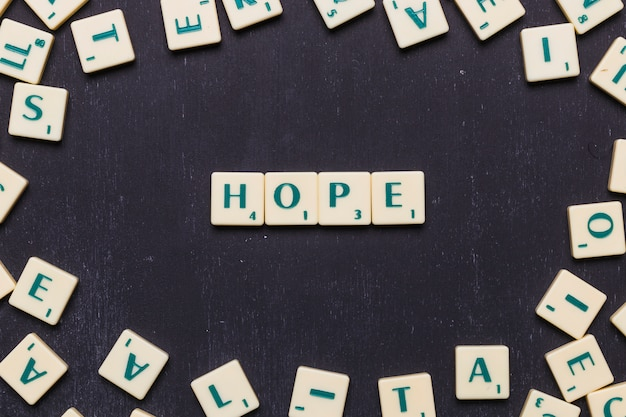 Draufsicht des hopfenwortes gemacht mit scrabblebuchstaben gegen schwarzen hintergrund Kostenlose Fotos