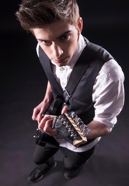 Draufsicht des jungen männlichen musikers spielt. Premium Fotos