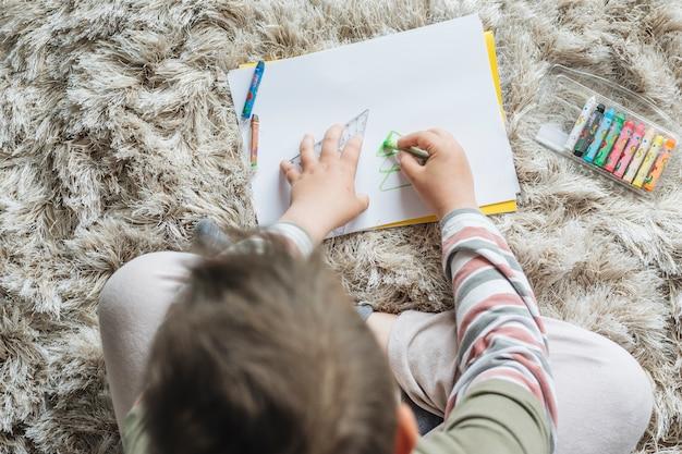 Draufsicht des jungen zu hause malend Kostenlose Fotos