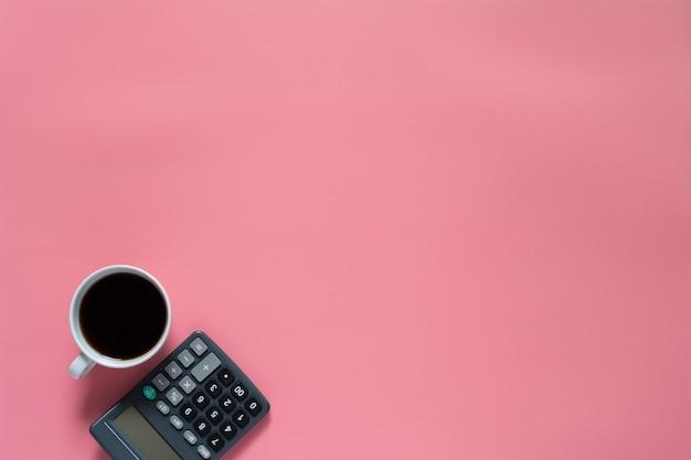 Draufsicht des kaffees mit taschenrechner auf rosa hintergrund und copyspace Premium Fotos