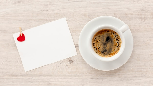 Draufsicht des kaffees und des papiers für valentinstag Kostenlose Fotos