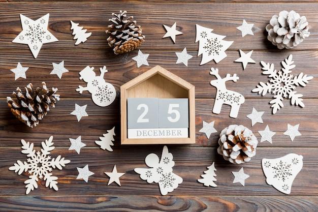 Draufsicht des kalenders auf dem weihnachten hölzern. Premium Fotos