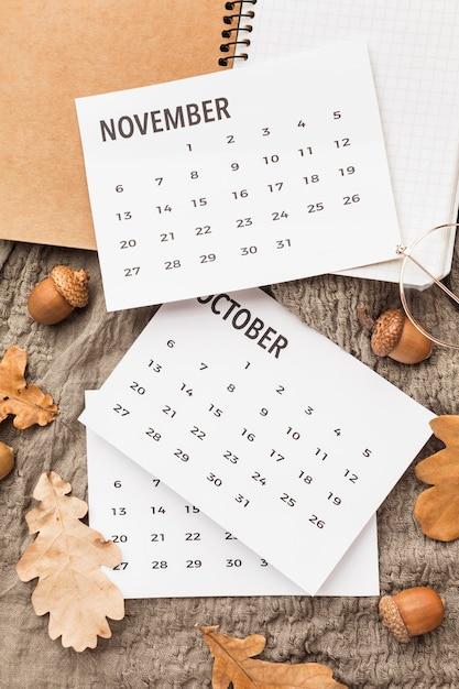 Draufsicht des kalenders mit herbst eicheln und blättern Kostenlose Fotos