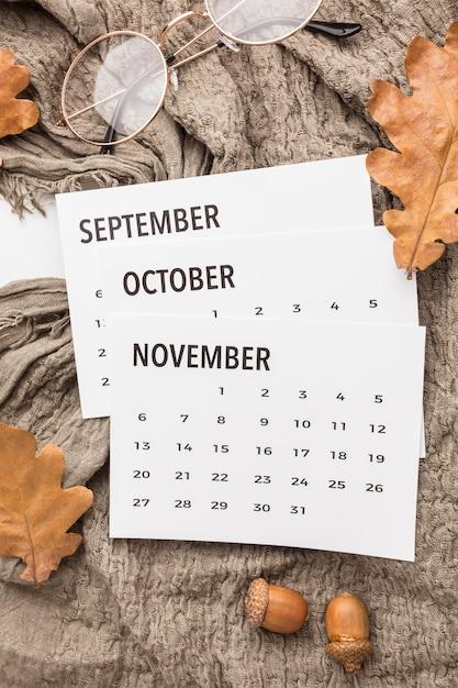 Draufsicht des kalenders mit herbstlaub und gläsern Kostenlose Fotos