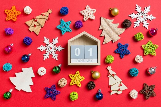 Draufsicht des kalenders mit weihnachtsdekorationen und -spielwaren. weihnachtsverzierung konzept Premium Fotos