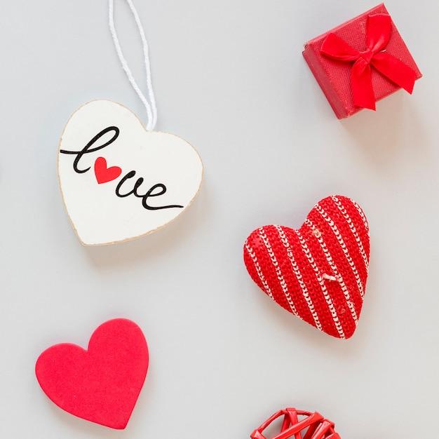Draufsicht des kastens mit herzen für valentinstag Kostenlose Fotos