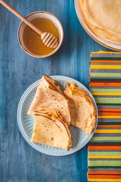 Draufsicht des köstlichen dünnen pfannkuchenhonigs. Premium Fotos