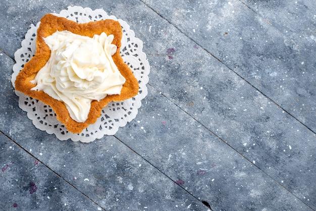 Draufsicht des köstlichen gebackenen kuchensterns geformt mit weißer leckerer sahne innen auf leichtem, kuchen backen zucker süßen sahne-tee Kostenlose Fotos