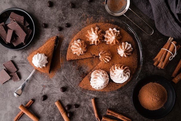Draufsicht des kuchens mit schokoladen- und zimtstangen Kostenlose Fotos