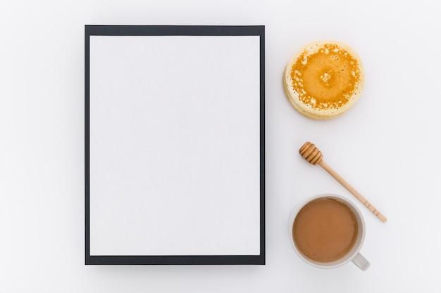 Draufsicht des leeren menüs mit pfannkuchen und honig Kostenlose Fotos