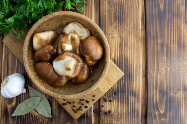 Draufsicht des marinierten pilz-shiitakes in der schüssel Premium Fotos
