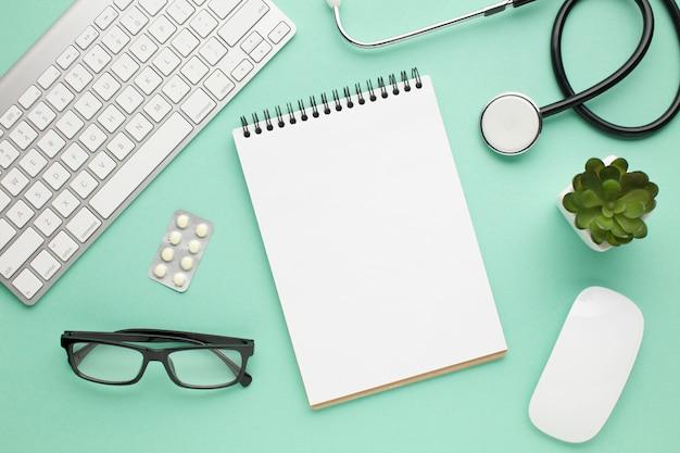 Draufsicht des medizinischen zubehörs auf grünem schreibtisch Kostenlose Fotos