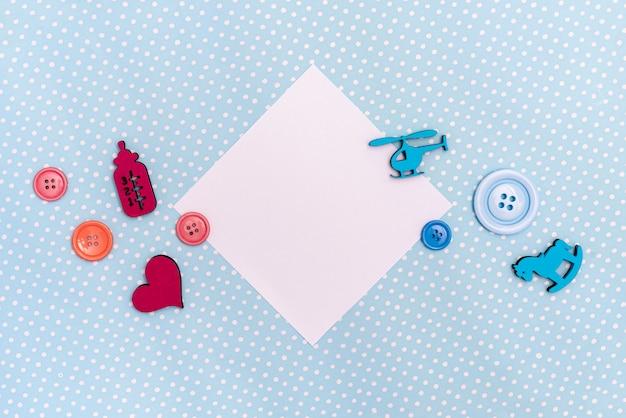 Draufsicht des netten kleinen babyzubehörs Kostenlose Fotos