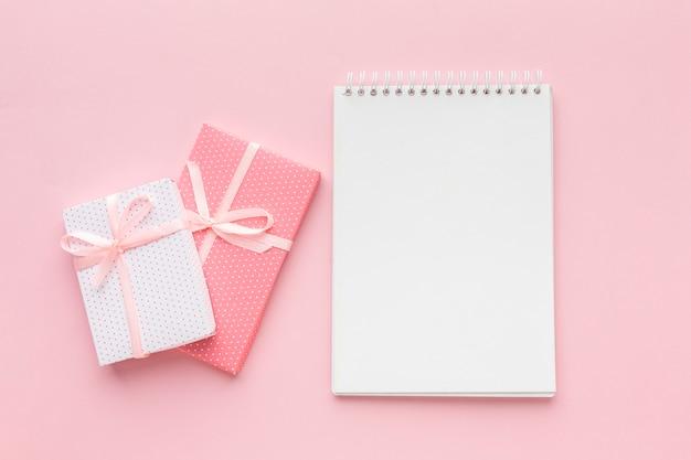 Draufsicht des notizbuchs mit rosa geschenken Kostenlose Fotos