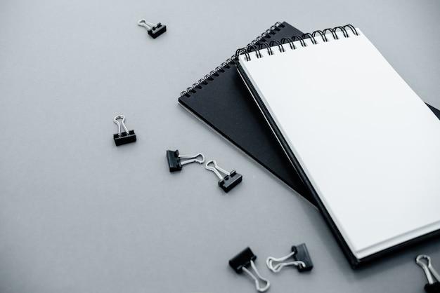 Draufsicht des offenen gewundenen leeren notizbuches. mehrere horizontale ansicht von oben Premium Fotos