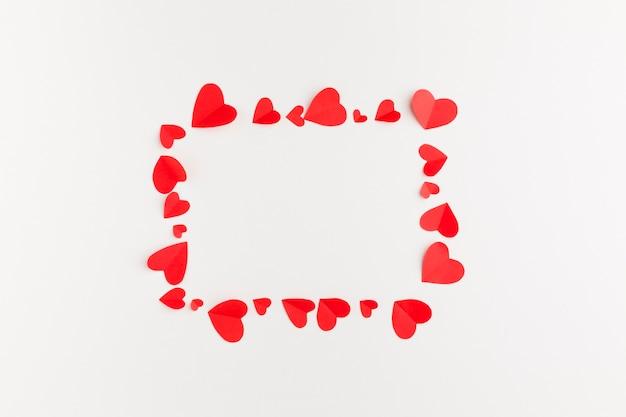 Draufsicht des papierherzrahmens für valentinstag Kostenlose Fotos