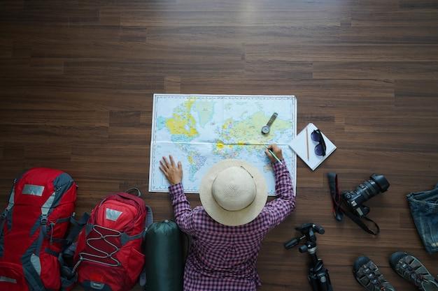 Draufsicht des reisenden mit frauenplan Premium Fotos