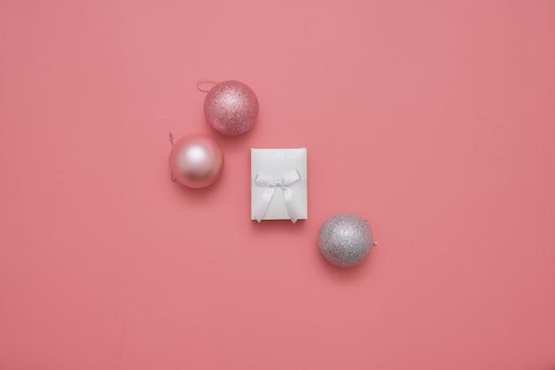 Draufsicht des rosa hintergrundes mit bällen und kernkasten Premium Fotos