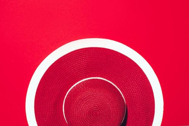 Draufsicht des roten gestreiften retro- hutes über papierhintergrund mit kopienraum. s Premium Fotos