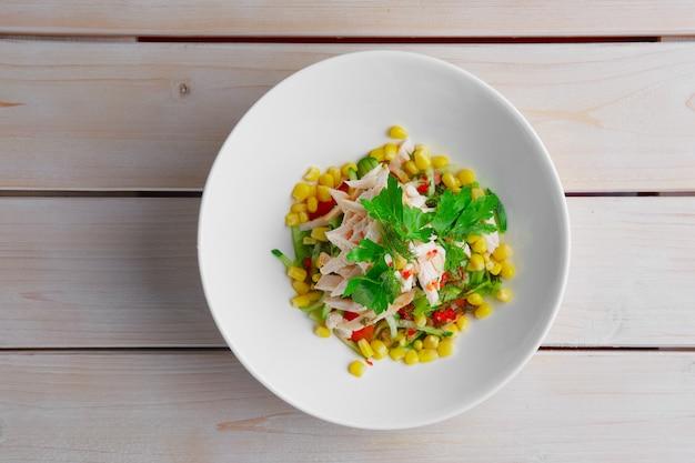 Draufsicht des salats mit mais, pfeffer, gurke, hühnerleiste Premium Fotos