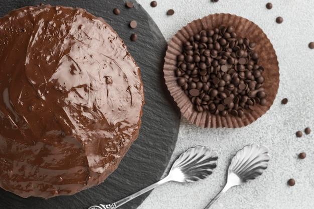 Draufsicht des schokoladenkuchens mit schokoladenstückchen Kostenlose Fotos