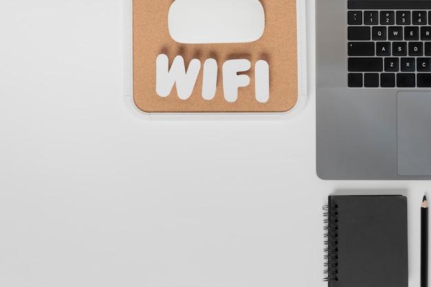 Draufsicht des schreibtisches mit wifi text Kostenlose Fotos
