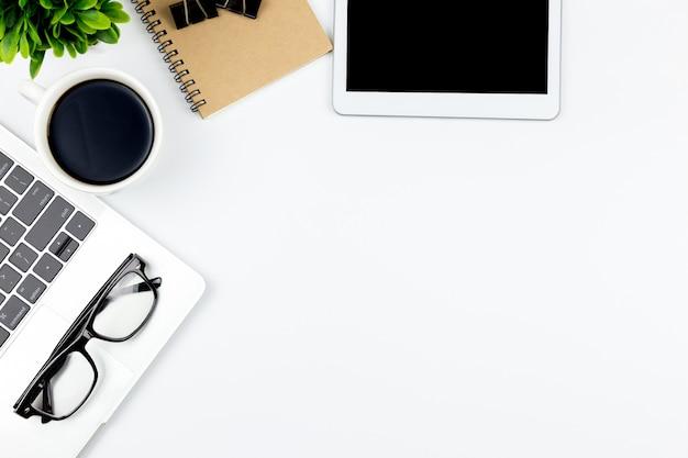 Draufsicht des schreibtischs mit arbeitsplatz im büro mit leerer notizbuch tablette und smartphone Premium Fotos