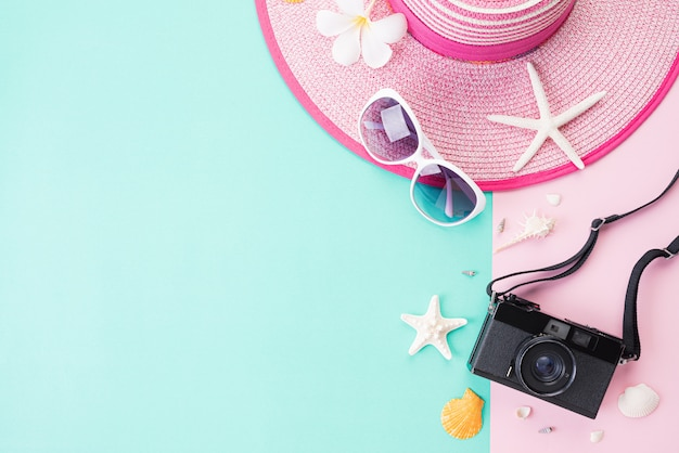 Draufsicht des strandzubehörs für sommerferien- und ferienkonzept. Premium Fotos