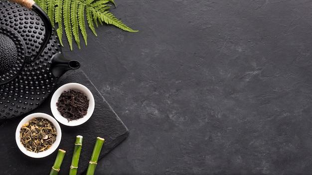 Draufsicht des teekrauts mit grünen farnblättern und -bambus Kostenlose Fotos