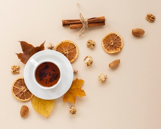 Draufsicht des tees mit getrockneten orange scheiben Premium Fotos