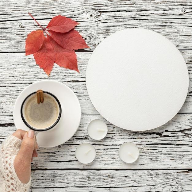 Draufsicht des tellers mit tasse kaffee und blatt Premium Fotos