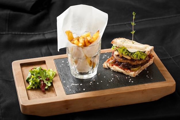 Draufsicht des toasts mit gebratenem speck und kartoffeln Premium Fotos