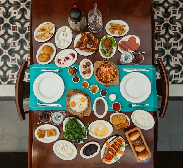 Draufsicht des traditionellen aserbaidschanischen frühstückssets im restaurant Kostenlose Fotos