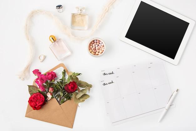 Draufsicht des weiblichen arbeitsbereichs des weißen büros mit laptop Kostenlose Fotos