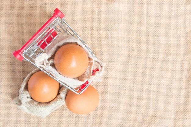 Draufsicht eier im roten warenkorb Premium Fotos