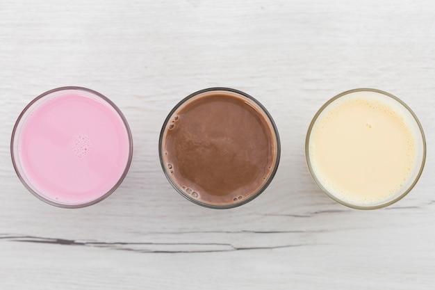 Draufsicht einer auswahl von smoothies Kostenlose Fotos