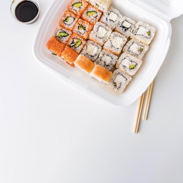 Draufsicht einer stoßschüssel mit sushi Kostenlose Fotos