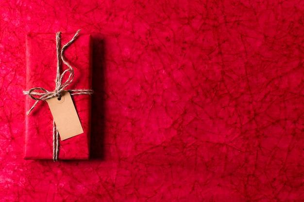 Draufsicht eingewickeltes weihnachtsgeschenk mit empty tag- und kopienraum Kostenlose Fotos