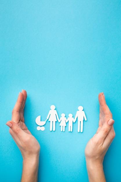 Draufsicht familienfigur und hände mit kopierraum Premium Fotos