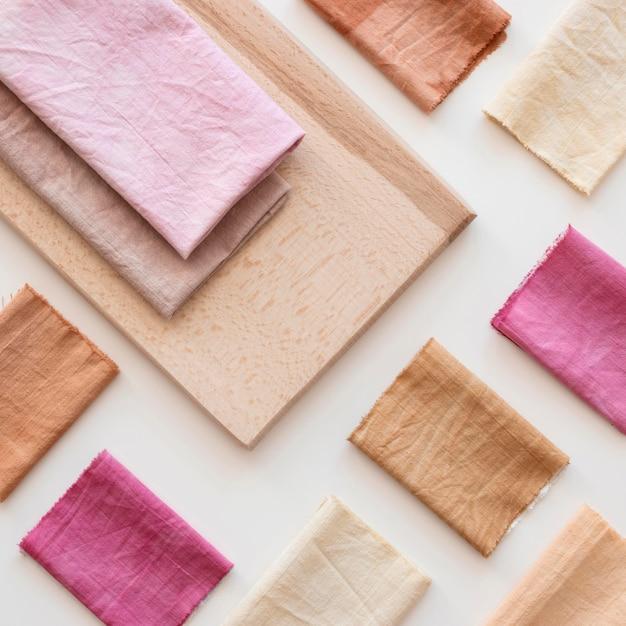 Draufsicht farbige tuchzusammensetzung mit natürlichen pigmenten Premium Fotos