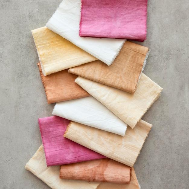 Draufsicht farbiges tuch-sortiment mit natürlichen pigmenten Premium Fotos