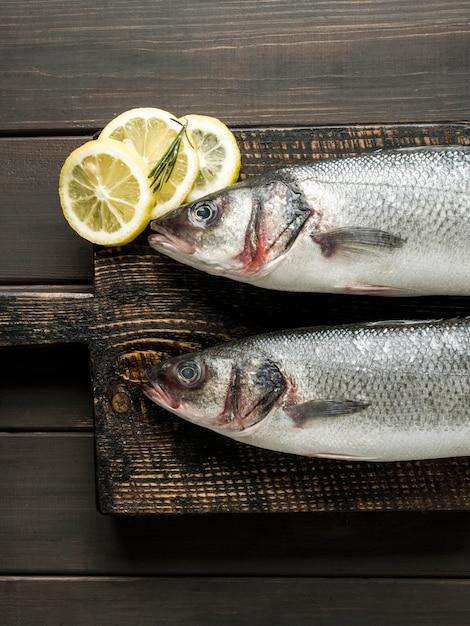 Draufsicht fisch mit zitronenscheiben Premium Fotos