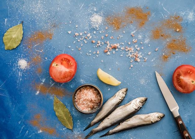 Draufsicht fisch und tomatenanordnung Kostenlose Fotos