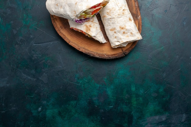 Draufsicht fleischsandwich ein sandwich aus fleisch am spieß mit gemüse auf dunkelblauem schreibtisch sandwich burger essen mahlzeit mittagessen fleisch gegrillt Kostenlose Fotos