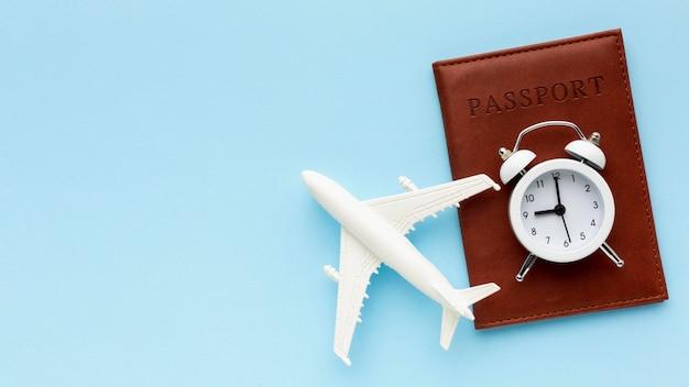 Draufsicht flugzeugspielzeug und reisepass Kostenlose Fotos