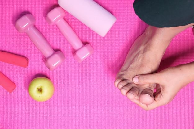 Draufsicht frauenfüße und handmassage auf verletzungsstelle. Premium Fotos